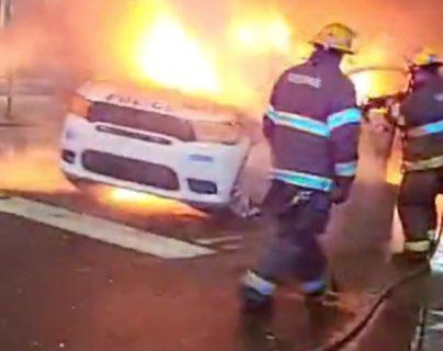 Bomberos trabajan en un vehículo policial en llamas durante las protestas después de la muerte de Walter Wallace Jr., un hombre negro que fue baleado por la policía en Filadelfia, Pensilvania, EE.UU., el 27 de octubre de 2020. (Foto Prensa Libre: Voa Noticias)