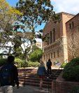 Estudiantes caminan en el recinto de la Universidad de California en Los Angeles (UCLA) en momentos en que las universidades suspendieron sus clases presenciales debido al coronavirus.