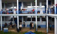 Decenas de personas, sin mascarilla y sin guardar el distanciamiento físico están en albergues, como en este en Izabal. (Foto: AFP)