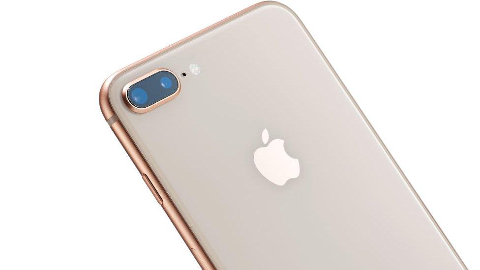 """Qué hace Back Tap, el """"botón secreto"""" que Apple agregó a los iPhone con su nueva actualización de software"""