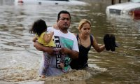 Vecinos de la zona norte de Honduras trataban de ponerse a salvo de las inundaciones por las fuertes lluvias causadas por Eta.