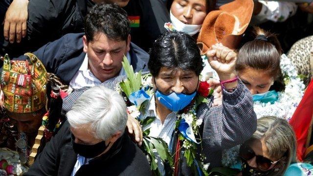 Morales cruzó desde Argentina la frontera en la localidad boliviana de Villazón, donde le esperaba una multitud.