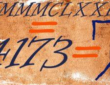 Su gran ventaja a la vista: mira cuántos símbolos necesitas para escribir 4173 en números romanos (arriba), indo arábigos (izquierda) y, (a la derecha), cistercienses.