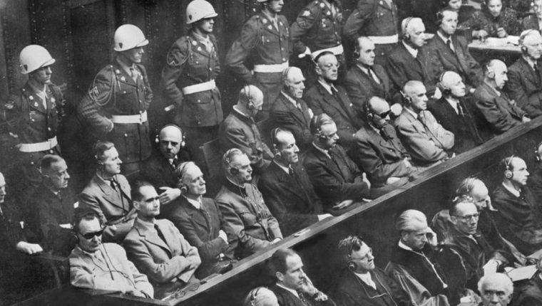 Los juicios de Núremberg empezaron el 20 de noviembre de 1945 contra la cúpula nazi. Abajo a la izquierda, con lentes oscuros, está Hermann Göring, seguido de Rudolf Hess, los acusados de más alto rango.