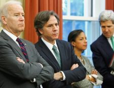 Antony Blinken (segundo a la izquierda) y John Kerry (derecha) figuran entre los nombres anunciados para puestos clave del gobierno de Biden.