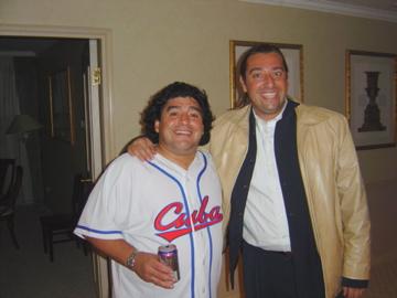 Maradona y Marco Monroy, juntos en el hotel de Pekín donde se conocieron.