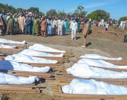 Decenas de víctimas de un ataque contra trabajadores agrícolas fueron enterrados.