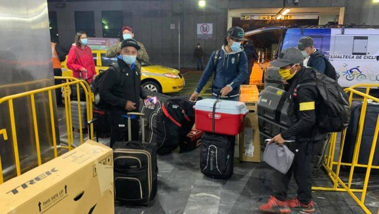 Los ciclistas llegaron al aereopuerto La Aurora a las 4 horas. Foto Prensa Libre: Cortesía Fedeciclismo.