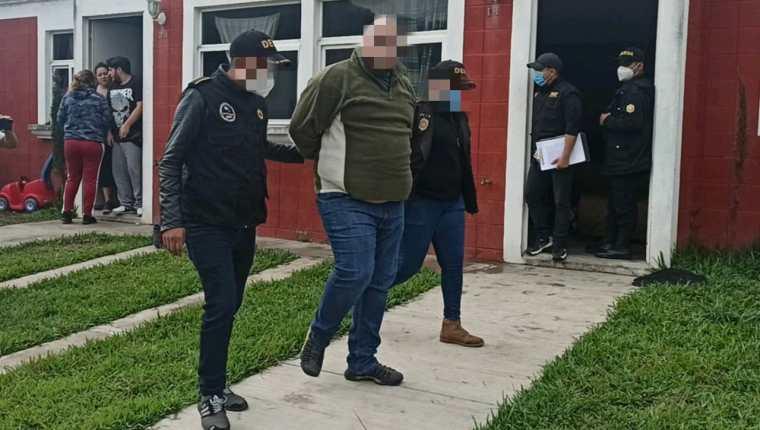 Fiscales del MP y agentes de la PNC hacen varios allanamientos en busca de robacarros. (Foto Prensa Libre: Cortesía PNC)