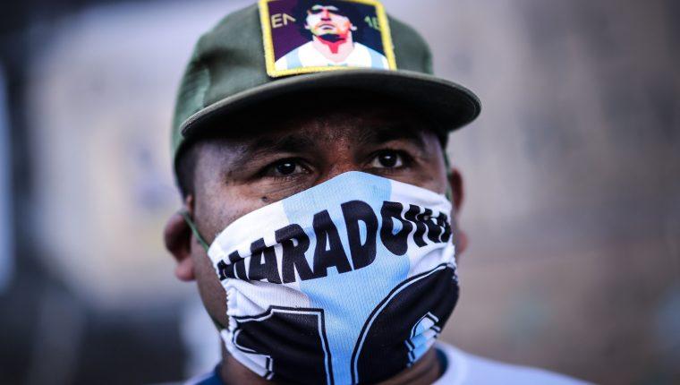 Seguidores de Maradona continúan atentos a la evolución médica del exastro del futbol internacional. (Foto Prensa Libre: EFE)
