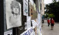 """AME7013. BUENOS AIRES (ARGENTINA), 09/11/2020.- Un dibujo de Diego Armando Maradona es visto frente a la Clínica Olivos donde se encuentra internado el exfutbolista, hoy en Buenos Aires (Argentina). El médico personal de Diego Maradona, Leopoldo Luque, afirmó este domingo que el exfutbolista, ingresado en una clínica a las afueras de Buenos Aires, está """"lúcido"""" y mejora en su estado de salud. """"Está cada día mejor, es increíble la recuperación"""", dijo el médico en breves declaraciones a periodistas, tras visitar a Maradona. EFE/ Juan Ignacio Roncoroni"""