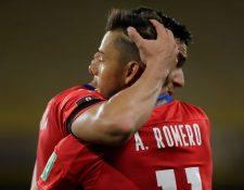 El jugador Ángel Romero de Paraguay celebra hoy con un compañero tras anotar contra Argentina. (Foto Prensa Libre: EFE)