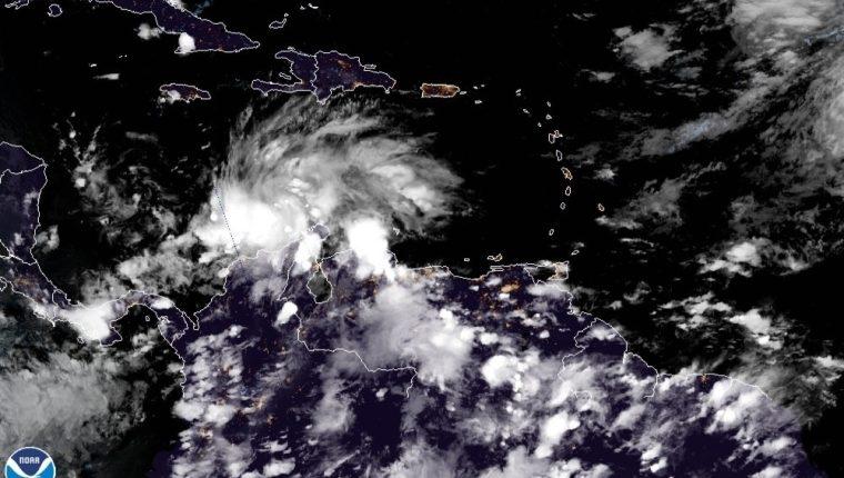 Fotografía satelital cedida por el Centro Nacional de Huracanes de Estados Unidos donde se muestra la localización de la tormenta tropical Iota.