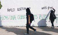 MEX639. CIUDAD DE MÉXICO (MÉXICO), 13/11/2020.- Mujeres protestan en contra la violencia de genero y en rechazo contra las acciones policiales en Quintana Roo hoy, en Ciudad de México (México). EFE/ Sáshenka Gutiérrez
