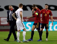 El jugador español Sergio Ramos se retiró lesionado durante el partido contra Alemania. Foto Prensa Libre: EFE.