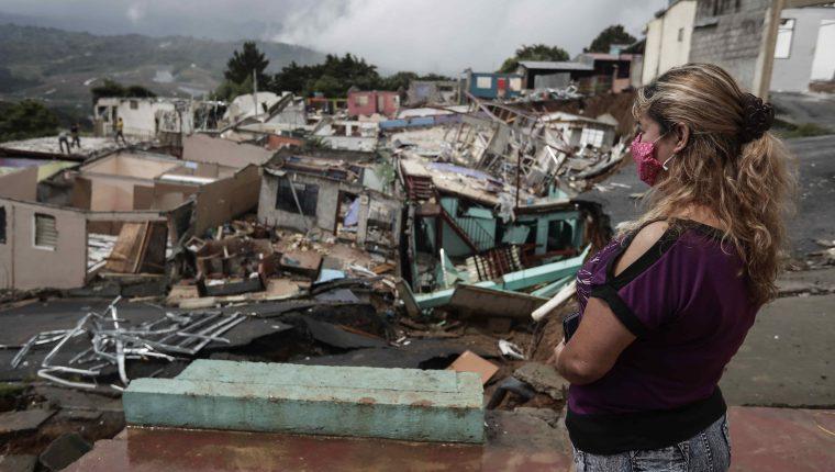 Jenny Duarte ve su casa destruida en Barrio Valladolid, San José, Costa Rica (Foto Prensa Libre:EFE)