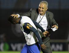 El técnico de Brasil, Tite, saluda a su jugador Vinícius Júnior tras el pitido final del juego contra Uruguay. Foto Prensa Libre: EFE.