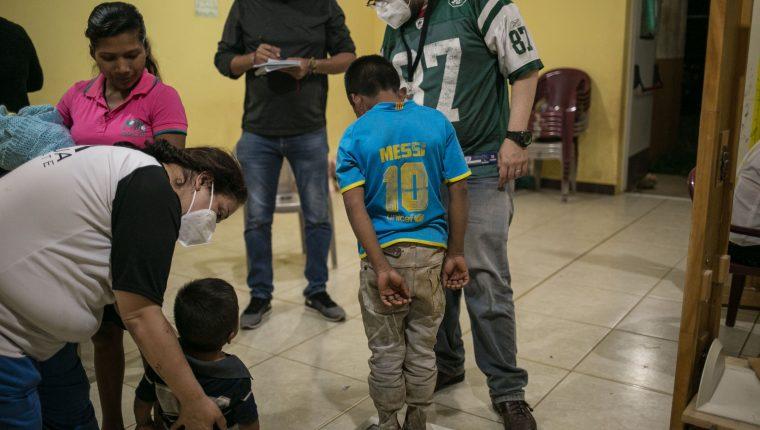 Un menor es examinado en una aldea de Jocotán, Chiquimula. Uno de cada 2 niños padece desnutrición crónica en Guatemala. El préstamo de US$100 millones ayudaría a reducir esa cifra. (Foto Prensa Libre: EFE)