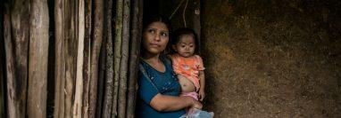 Una madre sostiene a su niña de 2 años, el 24 de octubre de 2020, en la Palmilla, Camotán, Chimquimula, ubicado en el corredor seco. (Foto Prensa Libre: EFE)