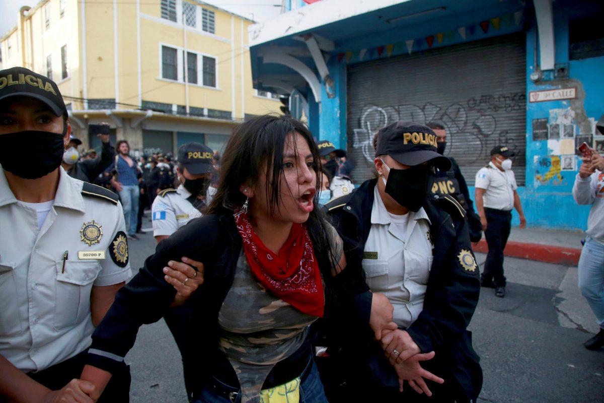 """""""Yo actúo conforme a la ley"""", dijo el ministro de Gobernación a diputados de oposición que critican el uso de la fuerza policial durante protestas"""