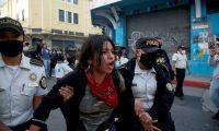 Según varios sectores, los agentes de la PNC se excedieron con el uso de la fuerza durante las protestas del fin de semana recién pasado. (Foto Prensa Libre: EFE)