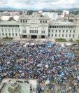 Miles de guatemaltecos protestaron este fin de semana contra el gobierno del presidente Alejandro Giammattei y los diputados oficialistas. (Foto Prensa Libre: Efe)