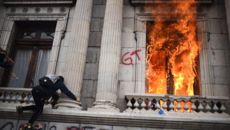 Manifestantes prenden fuego al Congreso de Guatemala el sábado 21 de noviembre. (Foto Prensa Libre: EFE).