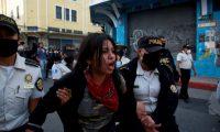 GRAF3309. CIUDAD DE GUATEMALA, 22/11/2020.- La policía detiene y desaloja a los manifestantes que ocuparon y prendieron fuego al Congreso en Ciudad de Guatemala este domingo tras las protestas en contra del Gobierno del presidente Alejandro Giammattei. Al menos 22 personas han sido detenidas durante los disturbios. EFE/ Esteban Biba