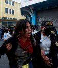 La detención de 43 personas en las manifestaciones del 21 de noviembre deberán ser investigadas por el MP. (Foto Prensa Libre: EFE)