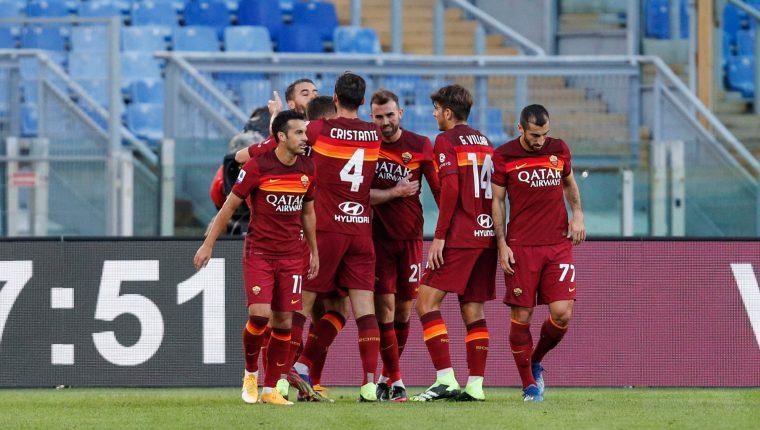 El AS Roma se coloca en la tercera posición de la clasificación de la Serie A de Italia, con 17 unidades, las mismas que tiene el AC Milan, que está segundo. (Foto Prensa Libre: EFE)