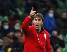 Técnico del Sevilla FC, Julen Lopetegui da indicaciones en el juego contra el Krasnodar ruso. Foto Prensa Libre:  EFE.