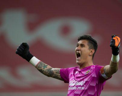 Raúl Gudiño guardameta de Chivas celebra la anotación de Cristian Calderón ante América en el partido de ida del clásico mexicano en la Liguilla. Foto Prensa Libre: EFE.