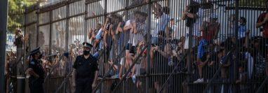 Para los fanáticos de Maradona, no fue suficiente el tiempo de despedida en la Casa Rosada. (Foto Prensa Libre: EFE)