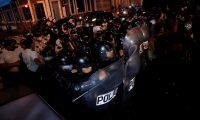 AME1840. CIUDAD DE GUATEMALA (GUATEMALA), 28/11/2020.-Manifestantes y policía se enfrentan durante una protesta contra el Gobierno y el Congreso de la nación hoy, en Ciudad de Guatemala (Guatemala). Un grupo de manifestantes encapuchados quemó este sábado un autobús en la esquina del Palacio Nacional de la Cultura (oficina de Gobierno) de Guatemala, en medio de la protesta ciudadana pacífica que se desarrollaba en contra del Gobierno y Congreso. EFE/ Esteban Biba