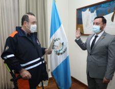 Presidente Giammattei (Izq.) juramenta a Gendri Reyes. (Foto: Presidencia)