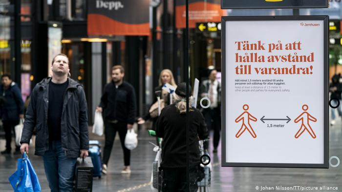 Sin mascarillas: así es la vida en Suecia. Eso se paga con una alta tasa de decesos. (Johan Nilsson/TT/picture alliance)