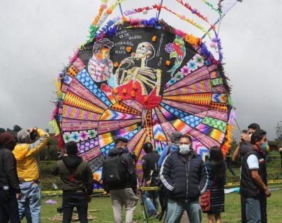 Los coloridos diseños caracterizan a los barriletes gigantes de Santiago Sacatepéquez. (Foto Prensa Libre: Érick Ávila)
