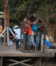 La única forma de cruzar el río Jupilingo es a bordo de una canasta metálica que instaló la municipalidad de Camotán. (Foto Prensa Libre: Byron García)