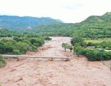 Las lluvias causadas por Iota afectaron varios puentes, como en Camotán, Chiquimula. (Foto Prensa Libre: cortesía de Carlos Zaparolli)