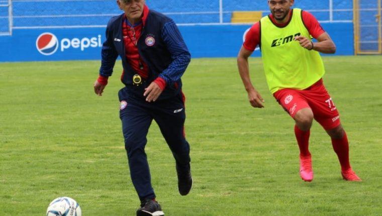 El técnico de Xelajú, Walter Claverí, corre con balón dominado en la práctica de este lunes en el estadio Mario Camposeco. Foto Prensa Libre: Club Xelajú MC.