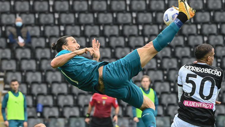 Zlatan Ibrahimovic rescató un triunfo para el AC Milan con un gol acrobático. (Foto Prensa Libre: AFP)