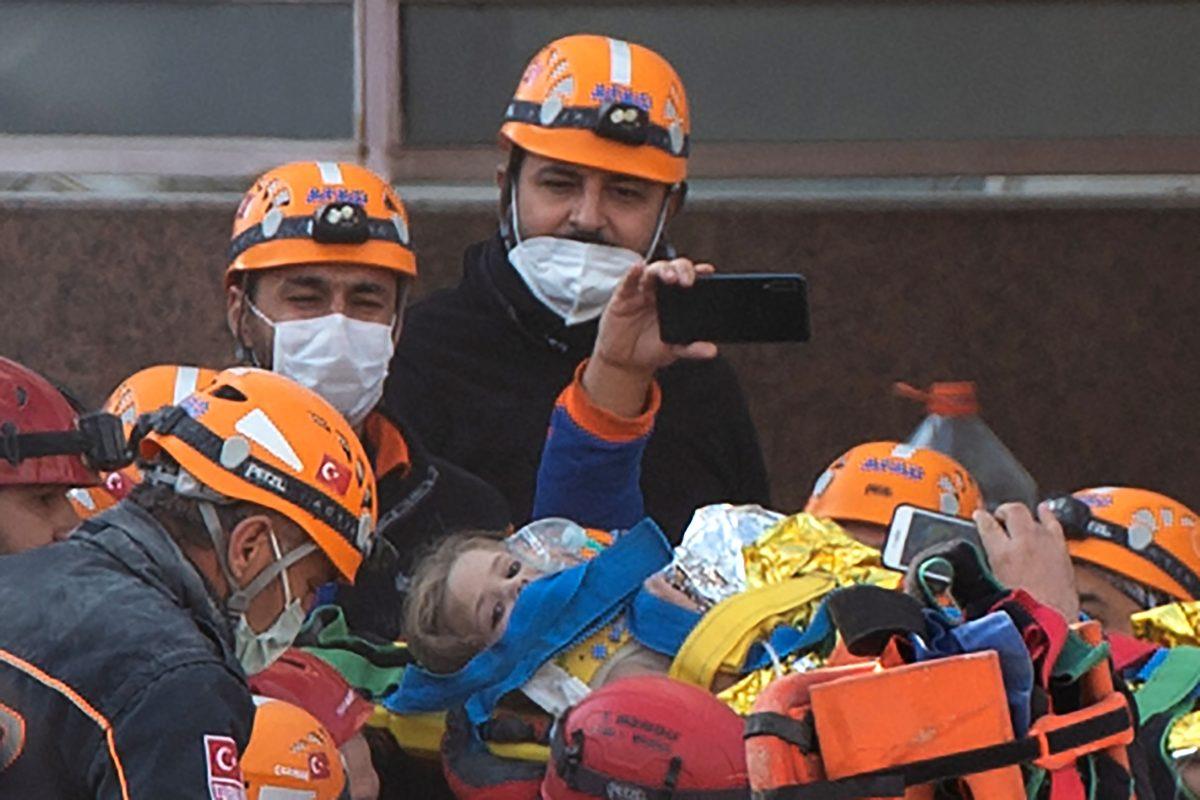 Video: El momento en que fue rescatada una niña tras el terremoto en Turquía y luego de estar 65 horas bajo los escombros