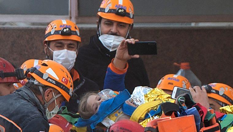 Rescatistas cargan a la niña de 4 años Ayda Gezgin, rescatada entre los escombros del terremoto de Turquía. (Foto Prensa Libre: AFP)