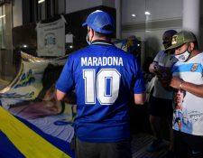 Fanáticos animan a Maradona afuera del hospital donde fue operado. (Foto Prensa Libre: AFP)