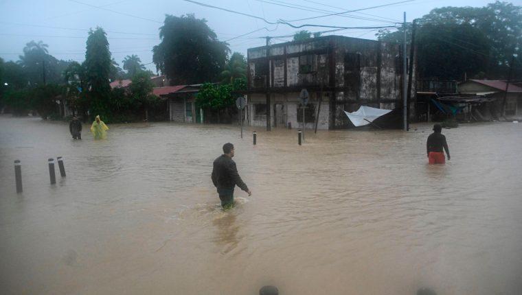 Daños causados por Eta a su paso por Puerto Barrios, Izabal. (Foto Prensa Libre: AFP)