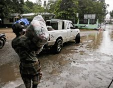Un hombre se prepara para evacuar en una localidad al norte de Honduras. (Foto Prensa Libre: AFP)