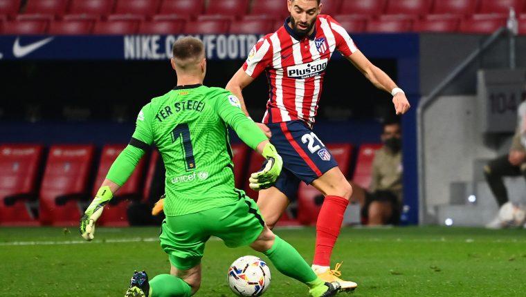 Momento exacto en el que Yannick Carrasco vence al meta Ter Stegen para anotar el único gol del juego entre el Atlético de Madrid y el Barcelona. (Foto Prensa Libre: AFP)