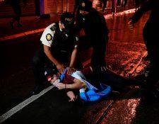 El 21N terminó con represión policial contra manifestantes y ahondó la crisis. (Foto Prensa Libre: Hemeroteca PL)