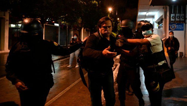 La policía arresta a un manifestante durante la jornada de protestas de ayer. (Foto Prensa Libre: AFP)