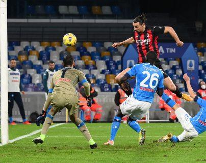 Zlatan Ibrahimovic, a sus 39 años, anotó en dos ocasiones en el triunfo del AC Milan ante el Nápoles. (Foto Prensa Libre: AFP)